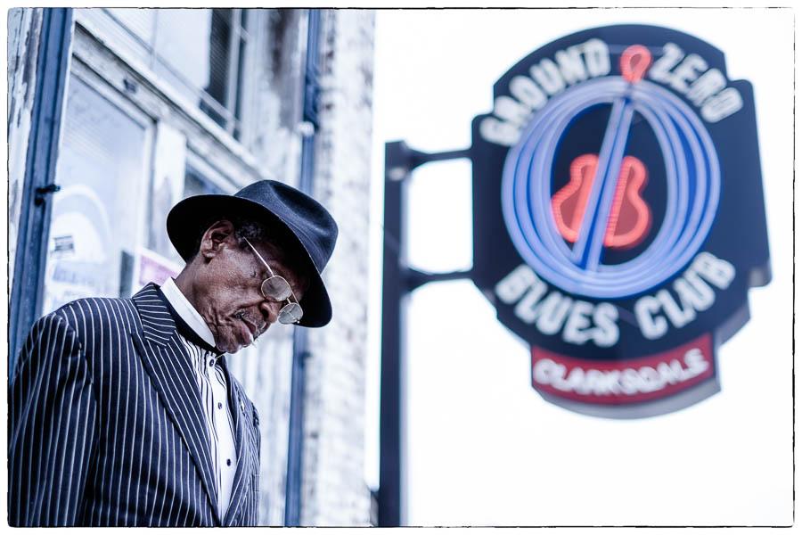 """Josh """"Razorblade"""" Stewart, Vietnamveteraan, ex long-distance truckdriver, maar vooral blues muzikant speelde vaak in Ground Zero in Clarksdale USA, de bluesclub van acteur Morgan Freeman. Zo vaak zelfs dat 1 van de sandwiches op de kaart naar hem vernoemd is. © Fotografie: Martin Hogeboom"""