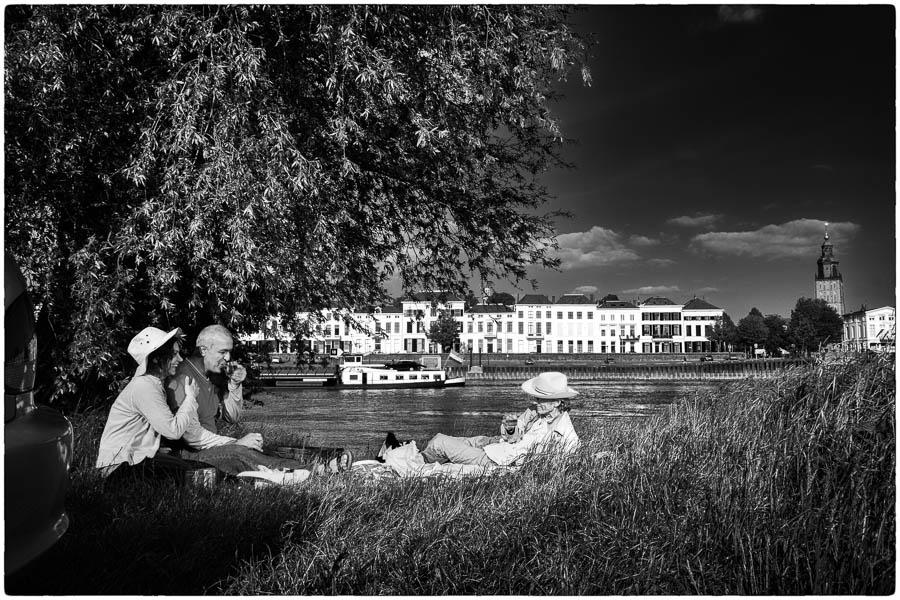 Efat, Malekshah en Fred langs de IJssel bij Zutphen - © Fotografie: Martin Hogeboom